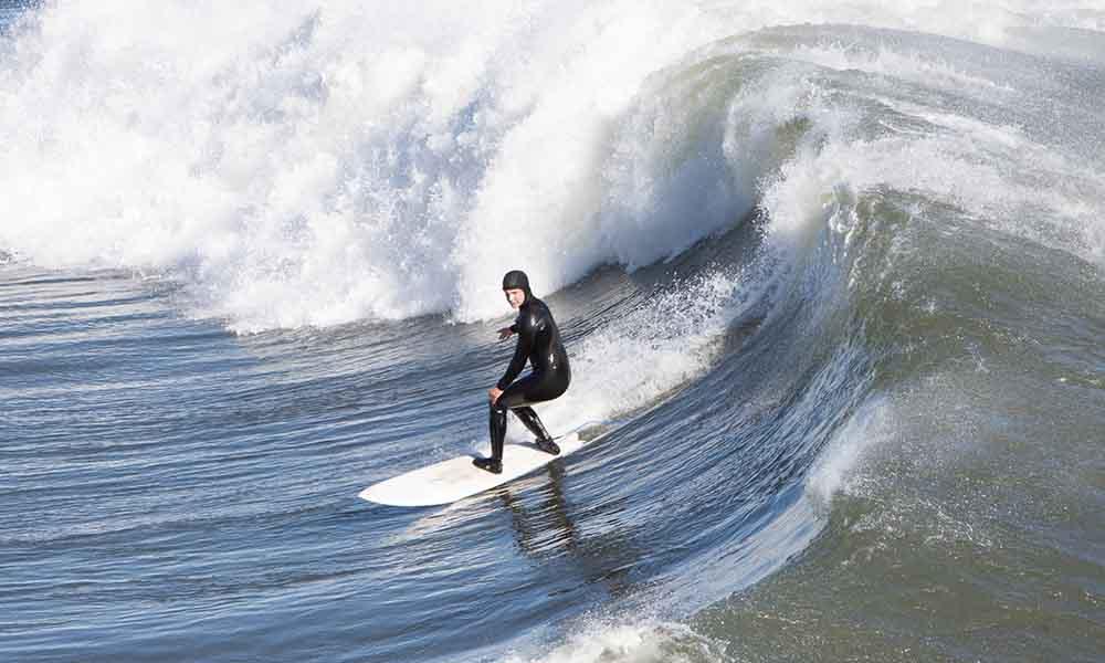 botines de surf y trajes de neopreno